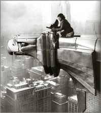 donne-fotografe-Margaret-Bourke-White-Atop-Chrysler-Building-Gargoyle-1934-(420x