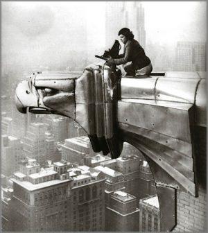 donne-fotografe-Margaret-Bourke-White-Atop-Chrysler-Building-Gargoyle-1934-(420x